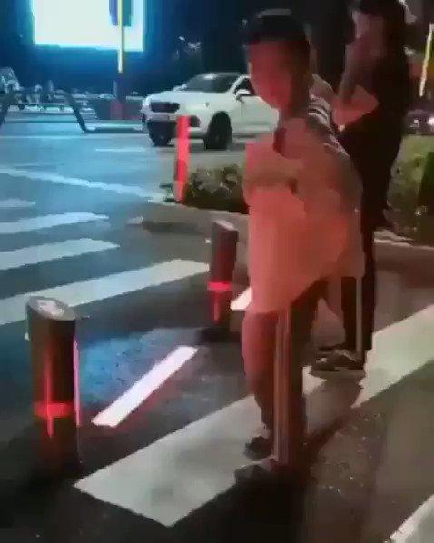 لكثرة حوادث الدهس بسبب الجوالات قامت مدينة شانغهاي الصينية بوضع نور عند خط المشاة. أحمر = قف أخضر = اعبر  أما إن كنت سارح بجوالك أكثر من اللازم وتعديت النور فسيخرج دخان لشد انتباهك بالقوة.