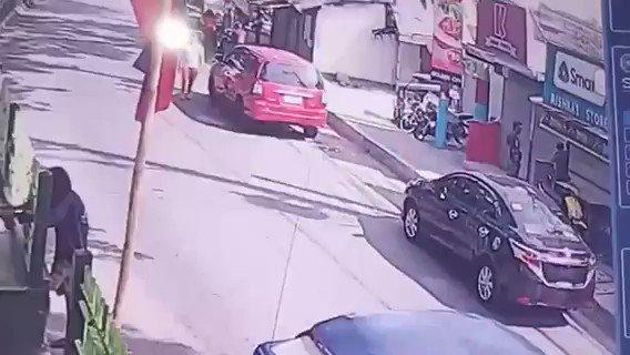 Sapul sa CCTV ang pamamaril ng 4 na lalaki sa Brgy. Dita, Santa Rosa City, Laguna na ikinasawi sa dating barangay kagawad, kaniyang biyenan at tanod | via @Dennis_Datu