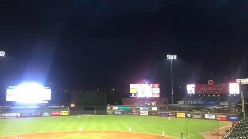 The skies opened up at @LouisvilleBats with the @indyindians leading 5-2 in the 8th. Big storm moved in quickly. Rain delay underway