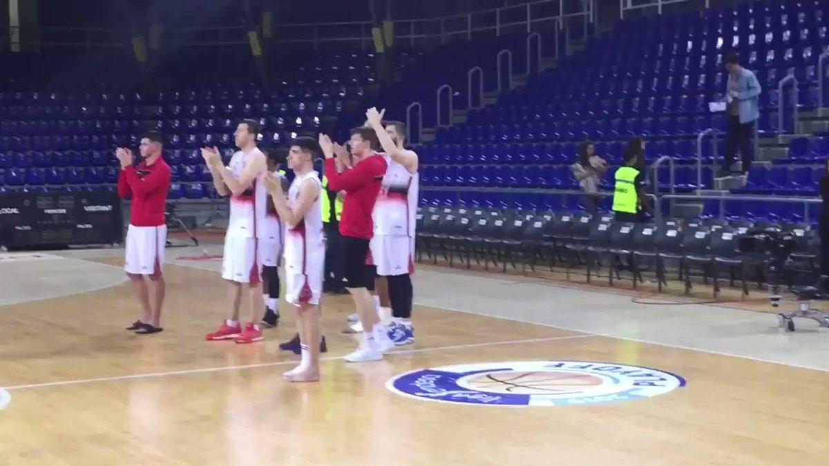 Los jugadores del @BasketZaragoza salen a aplaudir a los aficionados que han viajado a Barcelona. Mis dieses.