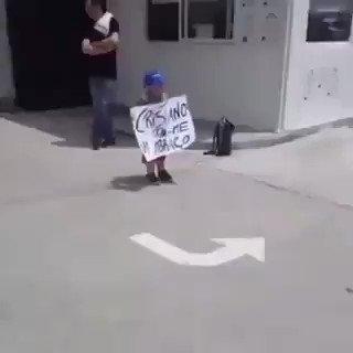 Quand Cristiano Ronaldo demande au chauffeur de bus de s'arrêter pour pouvoir passer quelques instants avec ce jeune supporter.  ❤⚽️