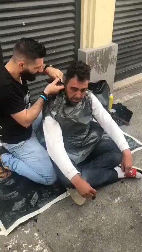 Kevin coupe et coiff gratuitement les Sans domicile Fixe dans les rues de Marseille. Force à toi pour ce que tu fait !