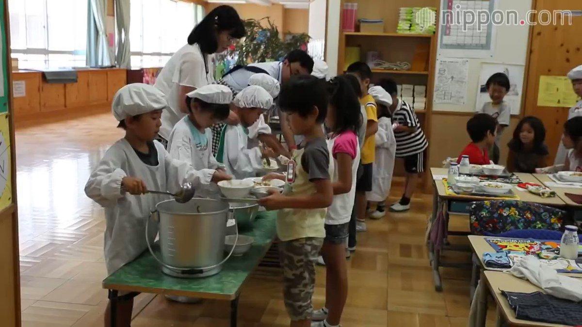 فترة الطعام في المدارس #اليابانية تعد تجربة تعلُّم رائعة لجميع تلاميذ المدرسة بكافة مستوياتهم. يجري تقديم وجبات الغداء في #اليابان على أنها أكثر من مجرد طعام مغذ لذيذ الطعم للأطفال، حيث أنها تهدف أيضا لتعليم عادات تناول طعام صحية، تعود بالفائدة عليهم في حياتهم المستقبلية برمتها.