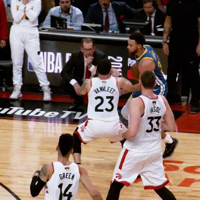 第5戦の勝利に繋がったウォリアーズ最後の得点。彼ららしい見事なボールムーブメントから最後はクレイが冷静にレナードを躱し、得意の3ポイントをスウィッシュ。重要な局面でこのプレーが出せるウォリアーズ、流石王者と言わざるを得ませんでした。via @NBA #NBAFinals