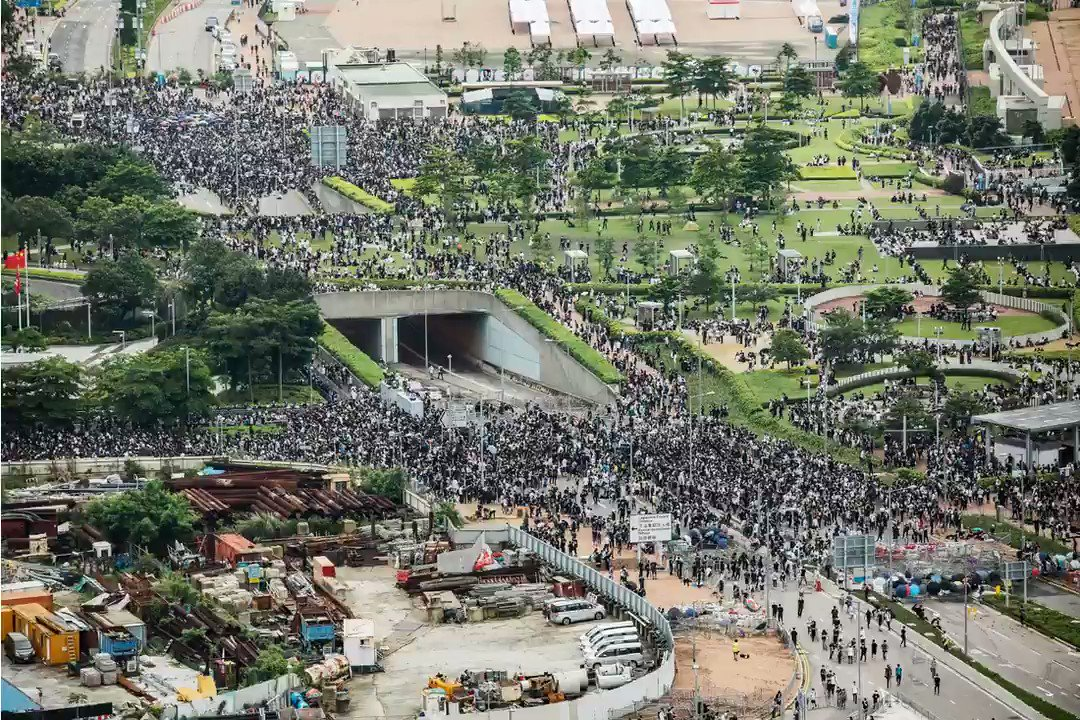 Thousands of protesters are out on the streets of Hong Kong to march against a controversial law that would ease extraditions to mainland China.More @business: http://bloom.bg/2R96qNF  #ExtraditionBill #香港 #反送中