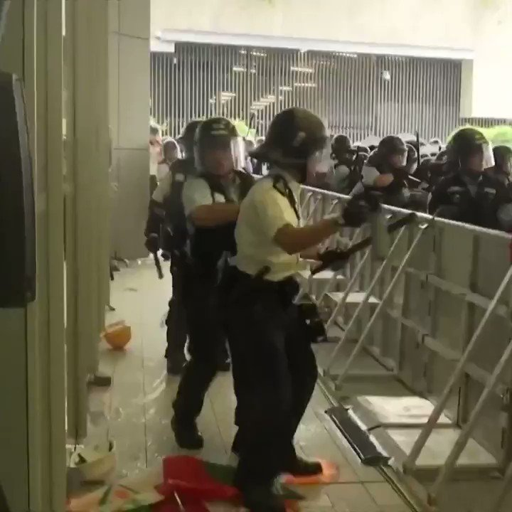 Protesters charge barriers near government buildings in Hong Kong as police fire tear gas https://www.nbcnews.com/news/world/protesters-jam-hong-kong-streets-protest-china-extradition-bill-n1016641…