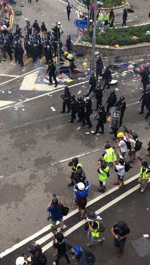 現場の友達がほかの参加者から貰った映像。1人に対して何人だこれ? #香港 #香港デモ #香港加油 #香港反送中