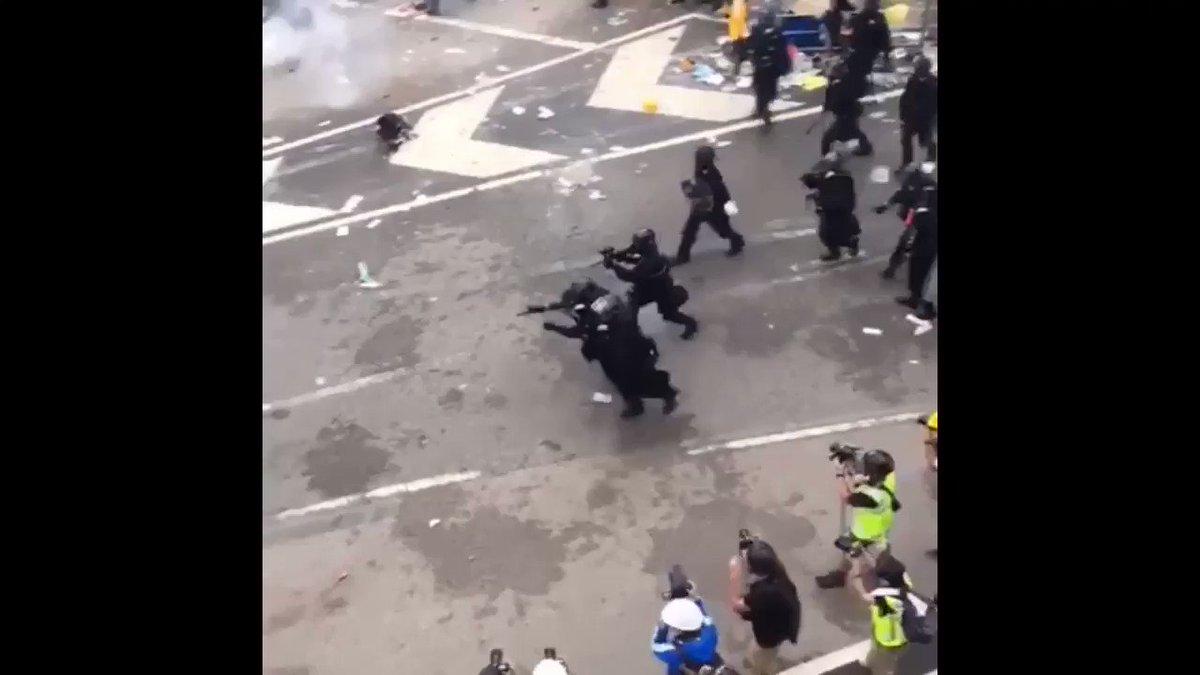 現在香港人の人権を守るために立ち上がった人たちが、香港の警察から極めて残忍な攻撃をうけています。 無抵抗な人にも催涙スプレーを発射したり、近距離でラバーブレットを頭に打ち込んだりする状況です。 どうか香港人の最後のあがきや叫びを、世にお伝えください #香港 #デモ #香港加油