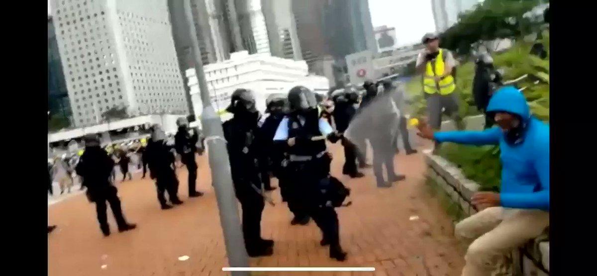 訂正:白人ではない外人でした。 相手がずっと「I can't walk」と言っているのに、催涙スプレーかけ続ける警察。 #香港デモ #香港頑張れ