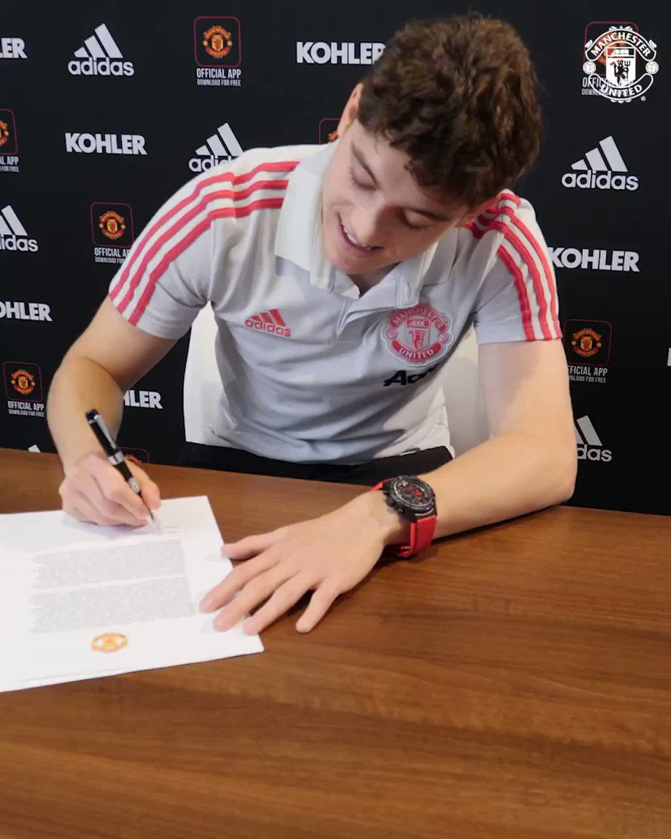 Daniel James signing the contract. What a moment for the young lad. Few weeks ago his dad passed away and now he's playing for one of the biggest clubs in the world. RIP. He would certainly be proud. 💔