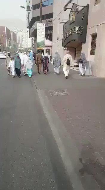 فيديو:  على الرغم من ارتفاع درجات الحرارة.. رجل أمن يخلع حذاءه ويلبسه لمسنة تائهة في مكة المكرمة ويوصلها حافياً لمقر إرشاد التائهين.