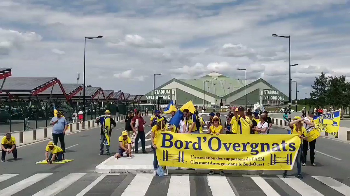 Les #bordovergnats sur le parvis du @MatmutAtl 🎇⚡⚡⚡🎇 💛💙 #YellowArmy #YellowArmyAParis #DemiesTOP14  #Bordeaux2019 #ASM #bordovergnats