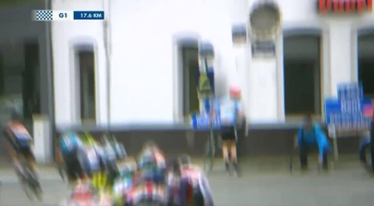 Séquence magique aujourd'hui sur le Tour de Belgique sur @Eurosport_FR ! Le mécano qui fait la leçon au jeune coureur ! 👍  @belgium_tour #baloisebelgiumtour #LesRP tour de Belgique