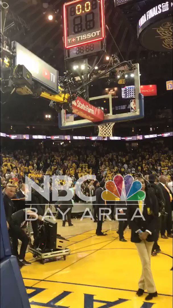#BREAKING: Sheriff's deputy reportedly pushed and struck in the face by a man believed to be a Toronto Raptors executive after Game 6 of the #NBAFinals at Oracle Arena, @ACSOSheriffs says. http://nbcbay.com/P6sYQ4t