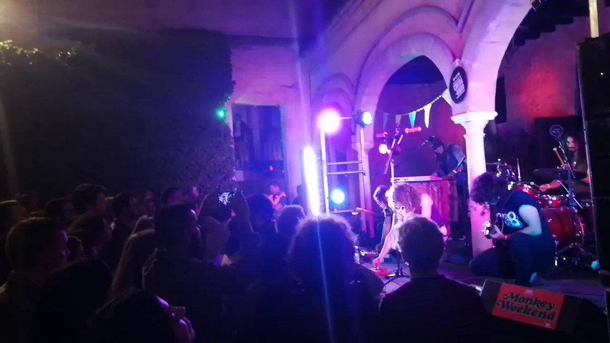BRUTALIDAD de concierto el que se está marcando Derby Motoreta's Burrito Kachimba en #MonkeyWeekend2019 ¡Larga vida a la #kinkidelia ! 🤘❤️ . . @Monkeyweek