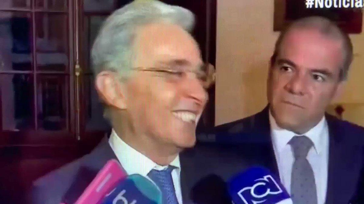 - Doctor Uribe, qué le parece el FirmoParaQueUribeSeRetire? -