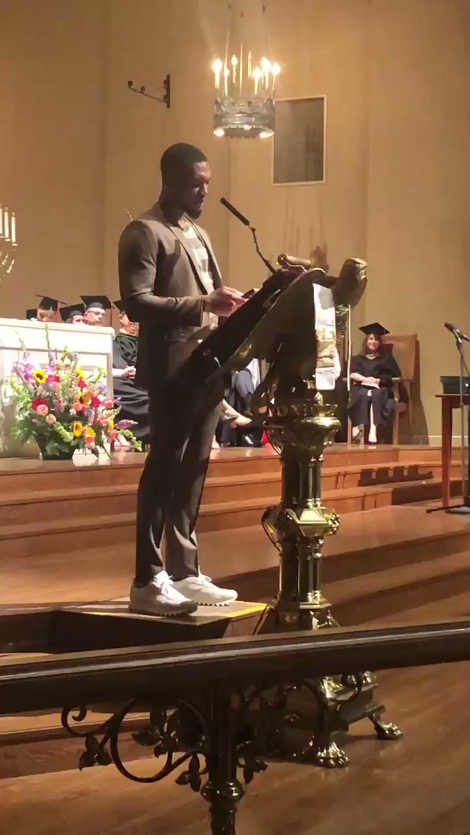 .@Dame_Lillard ending his commencement speech at @oregonepiscopal with #4BarFriday 🔥🔥🔥🔥
