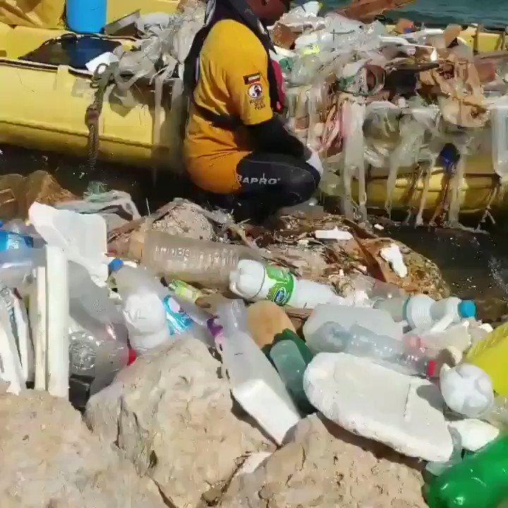 فيديو / فريق الغوص الكويتي يرفع اليوم 7 اطنان بلاستك واخشاب من جنوب جون الكويت.