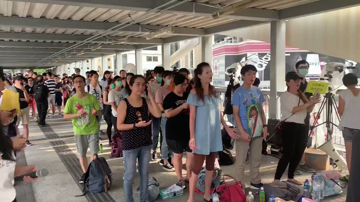 """Christians also indicate this is not over - the signs say """"don't shoot people"""" and a lot of """"加油"""" #HongKong #extraditionbill"""