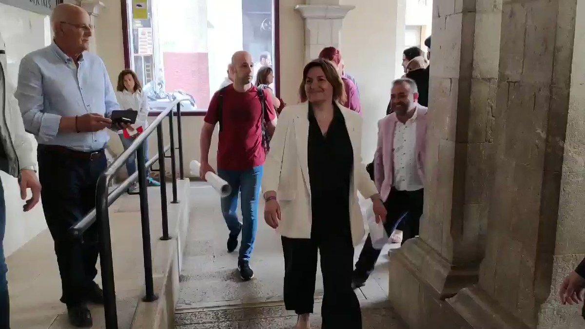Tensió a Figueres en l'arribada de la futura alcaldessa @ALladoSaus i el seu equip. La @GU_Figueres ha de posar ordre i fer un cordó.