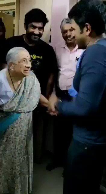 ಮೈಸೂರಿನಲ್ಲಿ ಹಿರಿಯ ನಟ #ಅಶ್ವತ್ಥ್ ಅವರ ಮನೆಗೆ ಭೇಟಿ ನೀಡಿದ್ದ #ಪುನೀತ್, ಅಶ್ವತ್ಥ್ ಅವರ ಪತ್ನಿ ಶಾರದಮ್ಮ ಅವರ ಆಶೀರ್ವಾದ ಪಡೆದರು. 🙂 #PowerStarPuneethRajkumar #PRK #Appu