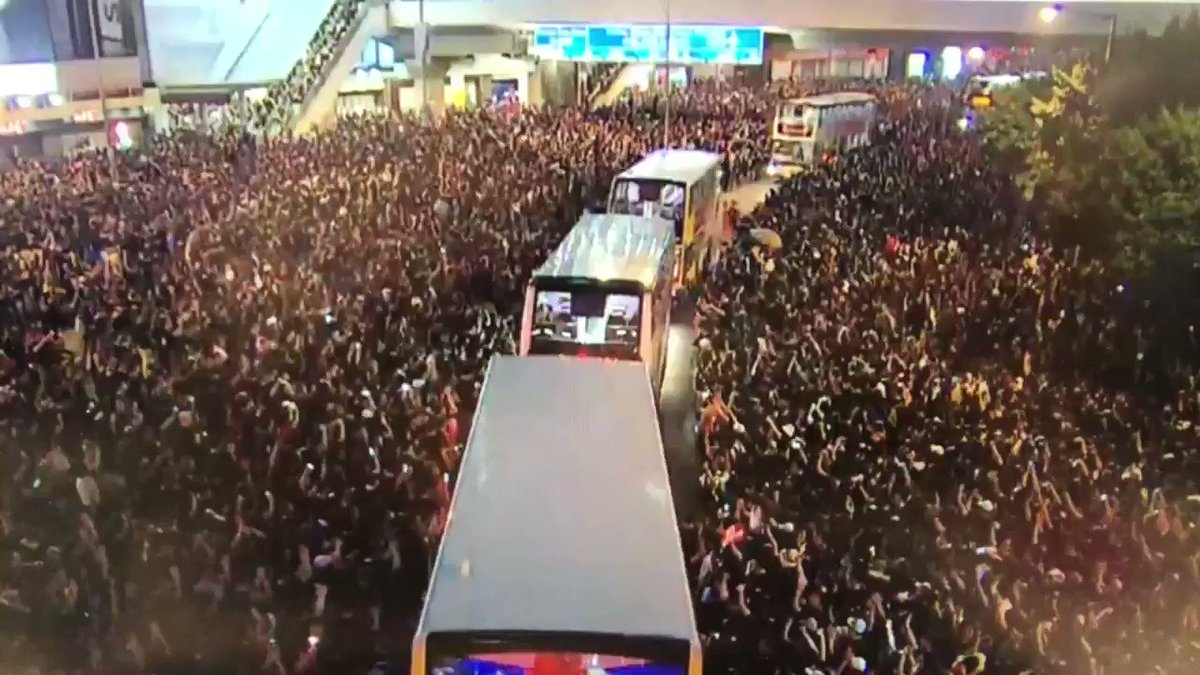 This is incredible, incredibly ordered,  with a sea of protesters giving way to buses to leave Harcourt Road in Admiralty. #ExtraditionBill