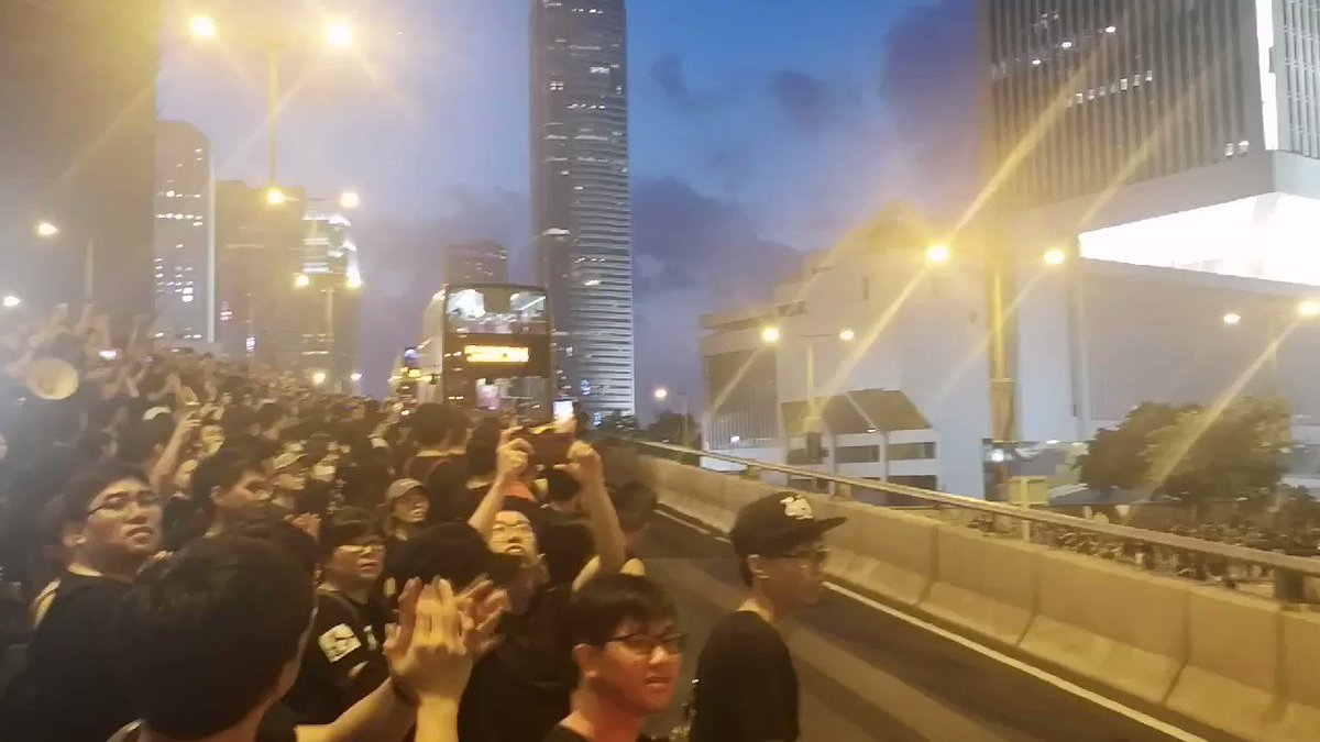 """This is beautiful and magical: within minutes of hearing there are elderlies stuck on the bus, the hundreds of thousands that were occupying the driveway made way for them to pass. Drivers & passengers waved in thanks while protesters clapped&cheered. Some shouted """"HKers add oil"""""""