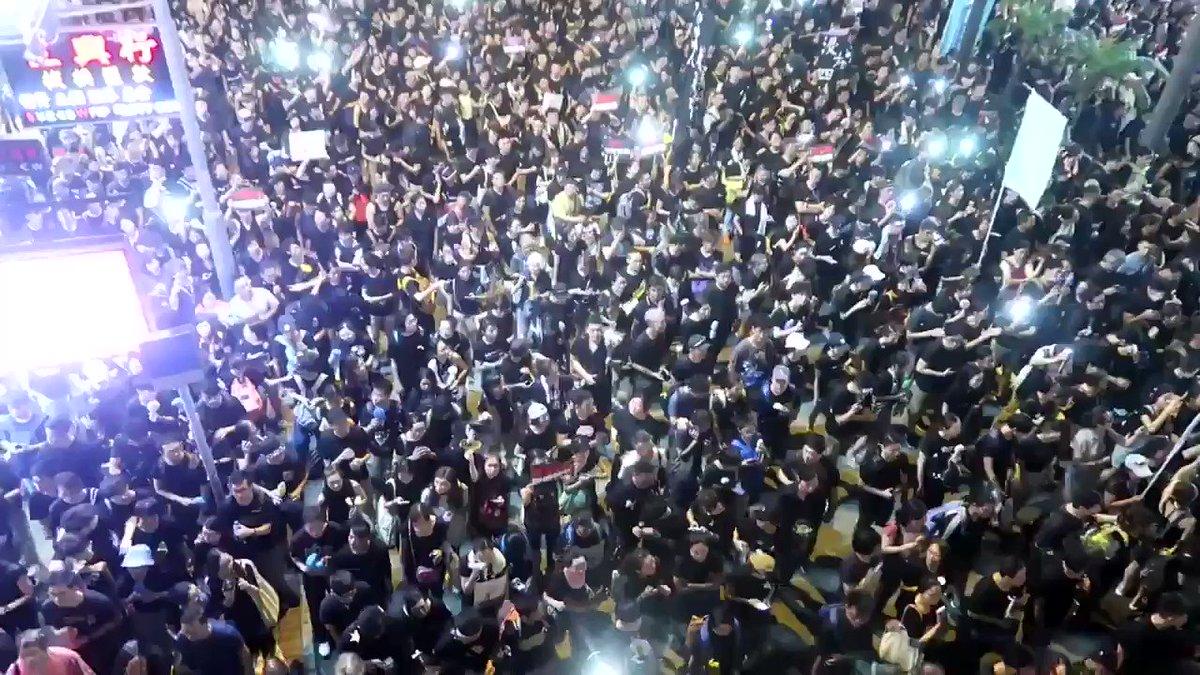 190万人!18時半時点で抗議デモに参加してる市民は190万人と主催発表! まだ増えてる😭香港の総人口は700万強! デモ隊の列は地下鉄7駅分以上続いてる。逃犯條例(逃亡犯条例)改正案の廃案を求める抗議デモ。先頭方向の湾仔の今! #暫佢老母 #反送中 #逃犯條例 #香港 #hongkong #香港加油 #香港人加油