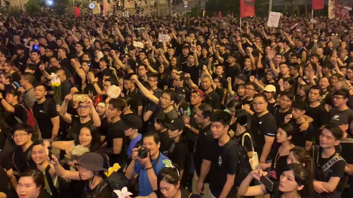 """Amazing. Carrie Lam apologized but *only on paper. This is the crowd on Queensway. Their chants """"withdraw, withdraw"""" are deafening! They want Lam to totally withdraw controversial legislation on extradition to China. And resign. @CBSNews is here! #HongKongProtests #TellTheWorld"""