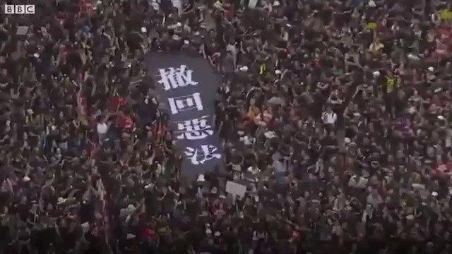 請聽聽来自大陆年轻人和香港年輕人的声音:我們為什麼要再上街?- 街頭採訪   為這位參加遊行的勇敢的大陸女孩點讚,你就是一顆爭取民主自由的火種,必會在大陸燎原!自由一定勝利!這一天不會太久!加油💪
