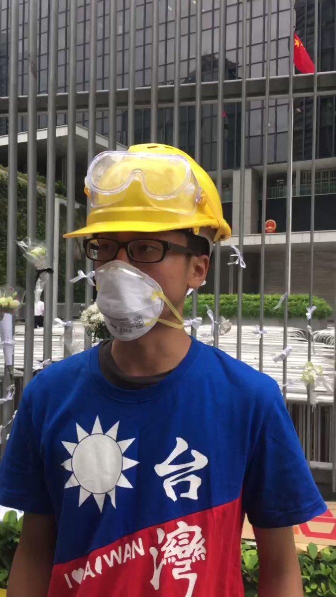 這個年輕人是台灣大學生,現場有一百多個台灣人在金鐘支持香港反修例!非常感謝台灣人在香港有難的時候過來支援,有前幾天就已經過來,有昨天搭飛機過來支持!🙏