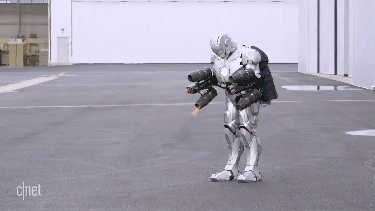 リアル・アイアンマンが実現する日は近い?3Dプリントで作られた防弾仕様のチタン製アイアンスーツを生身の人間が身にまとい、1000馬力のミニジェットエンジンの助けを借りて空中飛行に成功。