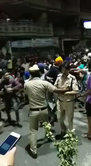 दिल्ली पुलिस के ACP के जी त्यागी को थाने में घुसकर मारा जा रहा हैं  भीड़ चिल्ला रही हैं - जिंदा मत छोड़ना  खालिस्तान जिन्दाबाद के वीडियो वायरल किये जा रहे हैं  हमलावर के घर CM मिलने जाते हैं  शहर कैसे चलेगा ?