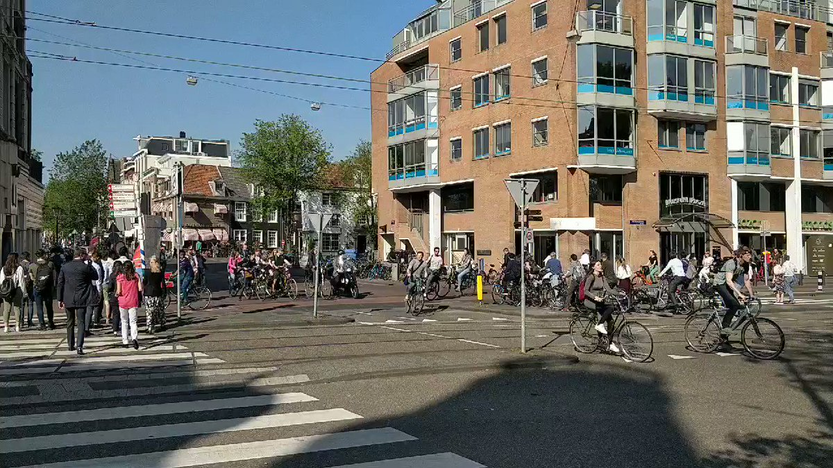 What happens at an un-signallised junction?  Participants- cars, LGV, cycles, trams, pedestrians.  There is always an order in chaos.  #itseurotrip @ITSLeeds #iamamsterdam pic.twitter.com/OpNp6yOnef