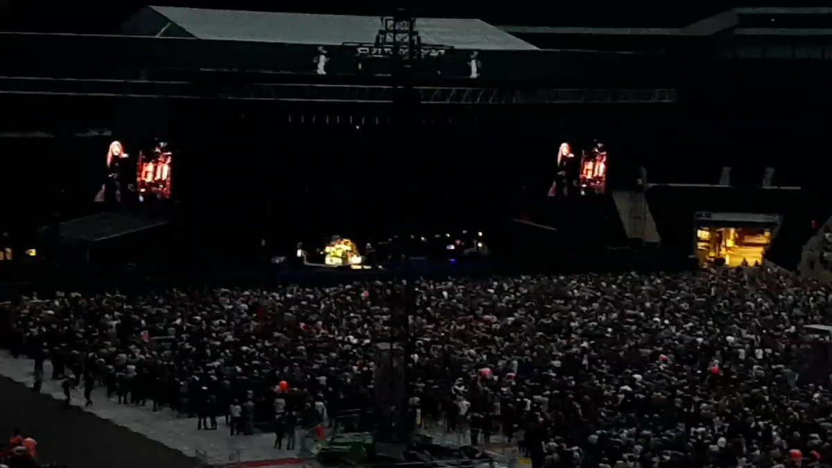 Another video of Stevie Nicks dedicating Landslide to Harry and Anne at the Fleetwood Mac concert in London, 6/18 via smileofthetommo