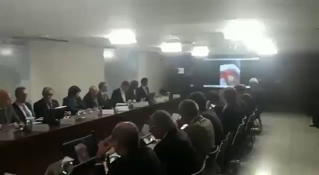 Presidente @jairbolsonaro em reunião com ministros. Ministros e presidente assistiram a um vídeo sobre a vida de um humilde cidadão que deseja trabalhar, mas encontra na burocracia uma enorme barreira.
