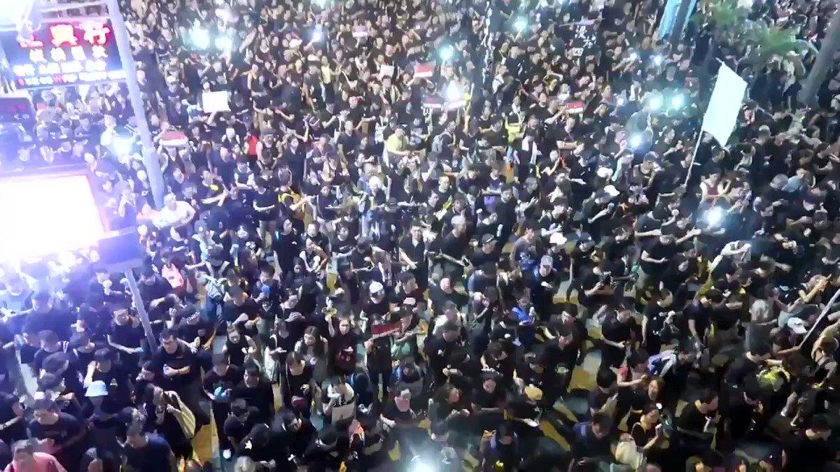 RT @LoudminorityJP: いま日本に必要なのはコレ。200万近くの市民が参加した香港のデモを見た権力者・経営者といった支配層が「やっても無駄」と必死に刷り込む理由は、数では市民に勝てるわけがないからです https://t.co/knWzPshS51