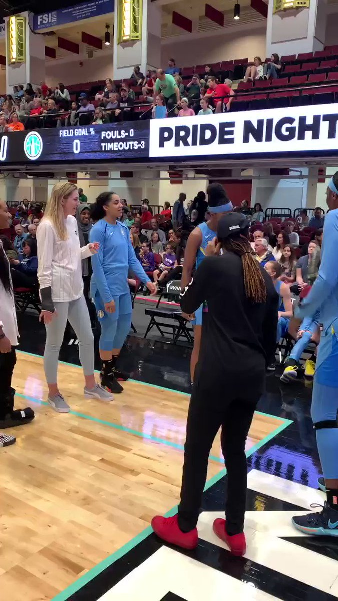 When @wnbachicagosky wanna play games and confuse the whole arena 😂😂😂