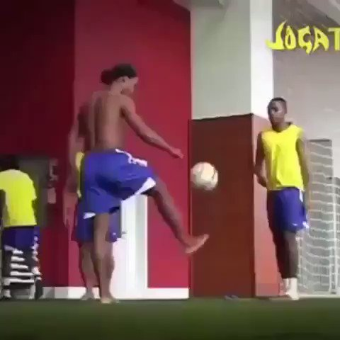 Throwback to Ronaldinho, Roberto Carlos and Robinho just chilling kicking a ball about. 🤙🇧🇷