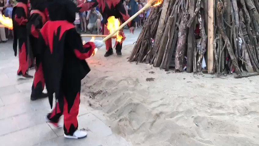 I ara sí, arriba el moment màgic de l'encesa de la foguera de #SantJoan amb les escombres de palma preses amb la Flama del Canigó que crema al peveter de la plaça Octavià #SantCugat @diables_stcugat