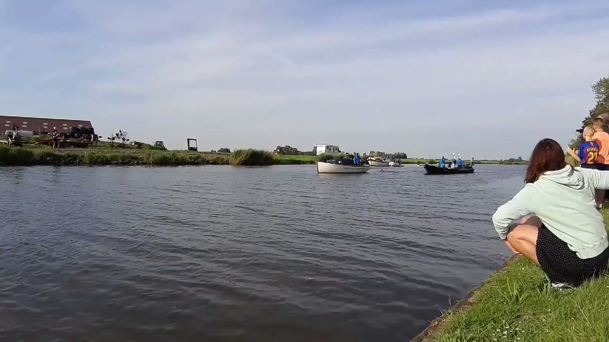 Zus Etta moedigt Maarten van der Weijden aan. Einde Elfstedenzwemtocht in zicht.
