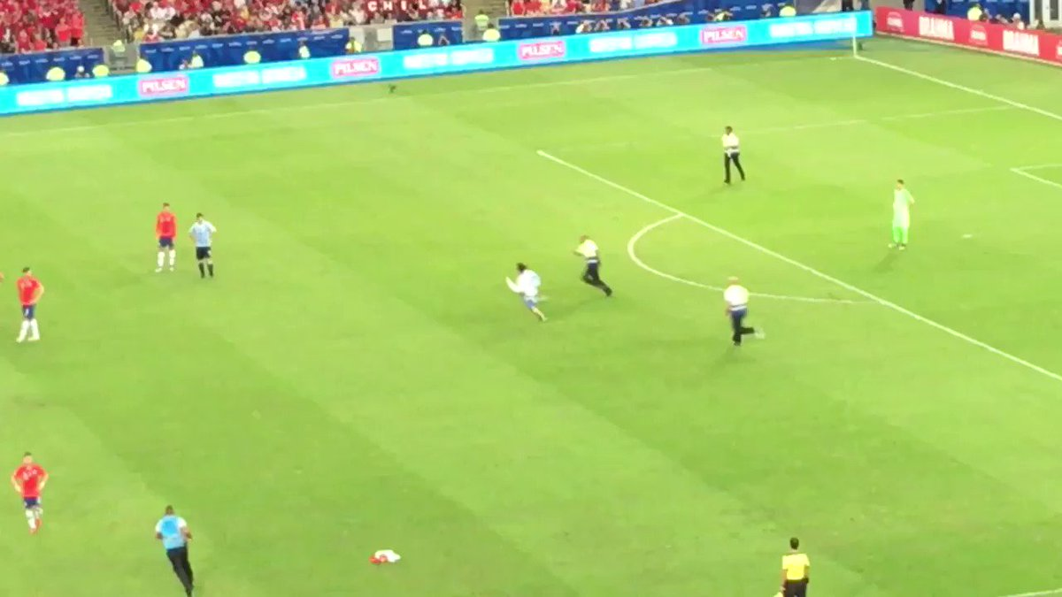 A pitch invader ran on the pitch with a 🐔 mask, kept sprinting all over the pitch until Gonzalo Jara decided to end it with a tackle. Not the biggest fan of pitch invaders. 🏃 🎥 @lazlodalfovo