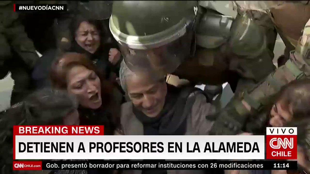 #Piñera criminaliza la protesta pacífica; #Carabineros hace uso excesivo de la fuerza, maltrata durante la detención arbitraria al presidente del @ColegioProfes, Mario Aguilar; amenaza e intimida a profesores y golpea a periodistas y camarógrafos.