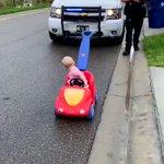 反対車線を我が物顔で走る暴走ドライバー!警官による警告だけで無事済む!