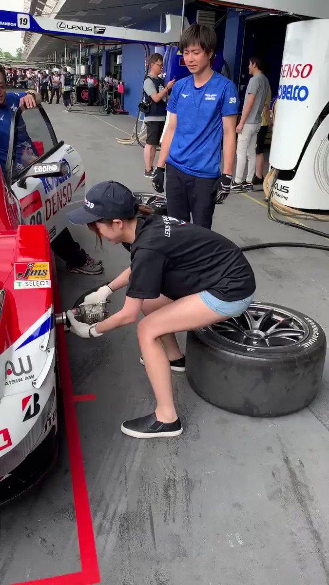 レースクイーンが本気でタイヤ交換してみた。 タイムは28秒7(´・_・`)  #superGT #タイヤ交換  #lexus_team_sard #レースクイーン