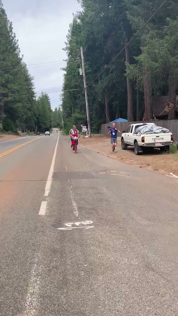 About 11 minutes up on record pace for women, here comes @courtdauwalter into Foresthill. #wser100