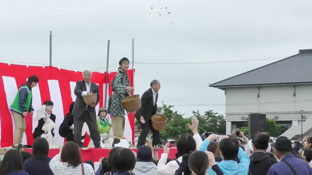 RT @pref_iwate: #餅まき が正午をお知らせします。  #いわて #岩手 #めでたい #祝いごと #村上弘明 #はまらいん #iiiwate https://t.co/i1D2CpPlpC