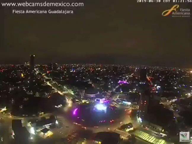 Impresionante la #LluviaZMG.  En el video 📽  pueden apreciar la tormenta que hubo esta madrugada en #Guadalajara, Jalisco. Reportan caída de granizo en la zona. Vista de La Minerva vía @fiestamericana. https://t.co/JsvCKjvNKM