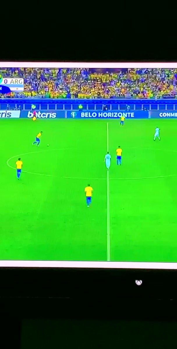 Es que Brasil tenía comprado a los árbitros... y además el césped estaba largo... y los de amarillo no paraban de correr...