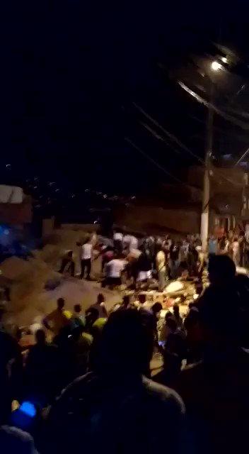 #LoÚltimo Se derrumbó vivienda de tres pisos en el barrio Santander, en Medellín. Residentes del sector remueven escombros en busca de sobrevivientes http://noticiascaracol.com